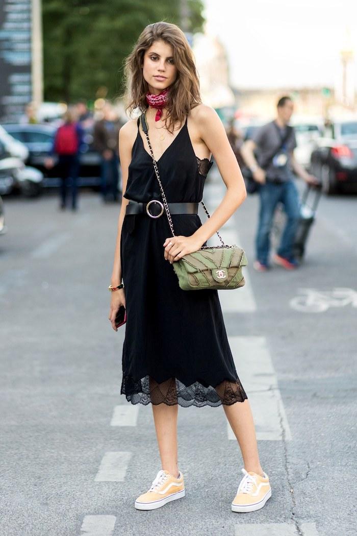 Swag fille baskets blanches femme comment s habiller pour la rentree robe mi longue noire dentelle cool idée tenue