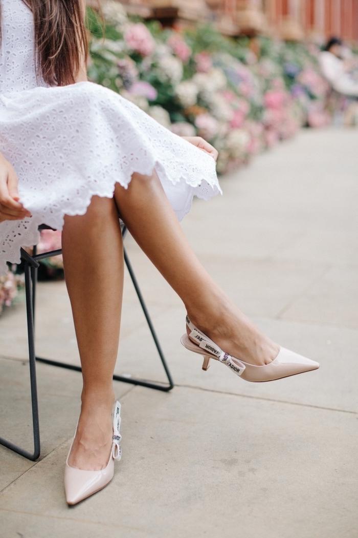 look romantique avec robe mi-longue blanche à design dentelle combinée avec une paire de chaussure à bride arrière de couleur nude