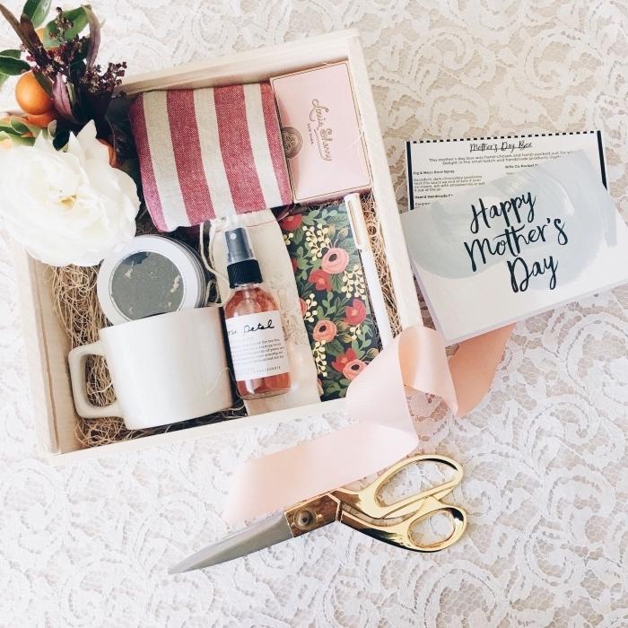 sélection de produits cosmétiques pour une séance d'aromathérapie, boîte aux accessoires et objets décoratifs pour la fête des mères