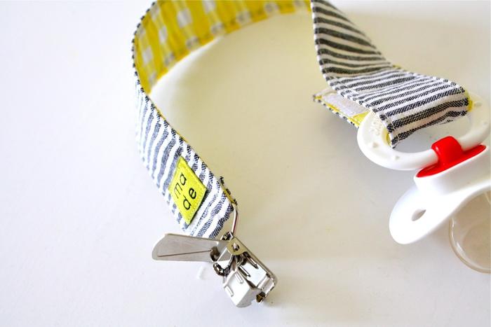 idée pour un cadeau de naissance personnalisé, une attache tetine marinière à rayures pour garçon ou fille