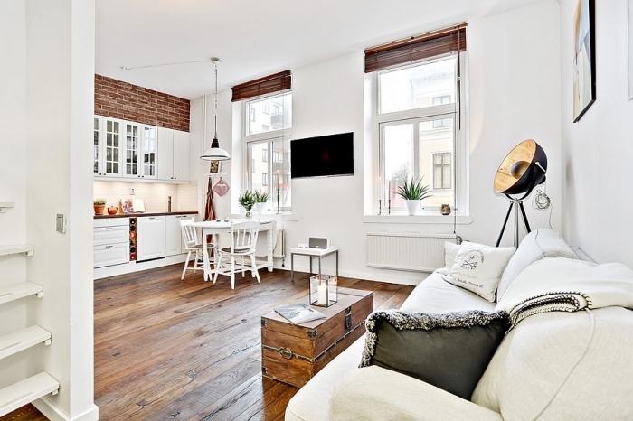 exemple comment aménager un studio de 20m2 aux murs blancs et plancher de bois massif avec déco partielle en papier peint à design briques rouges