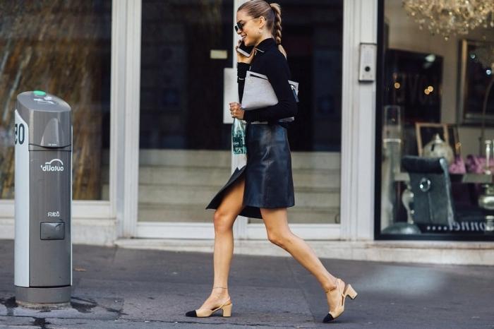 vision élégante en jupe courte et blouse noire combinés avec paire de chaussures à bride arrière en beige avec bouts noirs