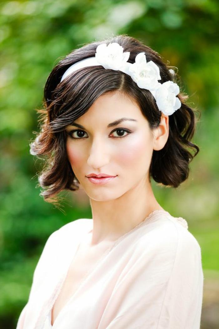 diadème blanc avec trois fleurs blanches en tissu avec des perles, idée coiffure mariage, coiffure mariage cheveux courts, carré ondulé