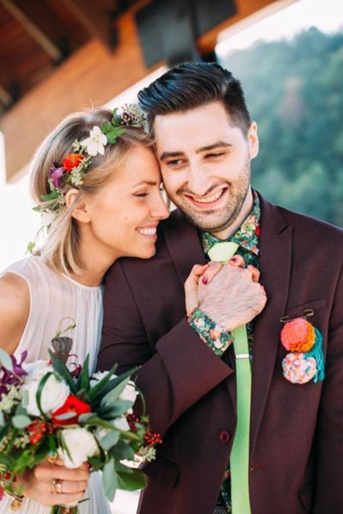 coiffure mariee, idée coiffure mariage, couronne de fleurs printanières, coupe carré long blond, coiffure mariage boheme, cérémonie en plein air