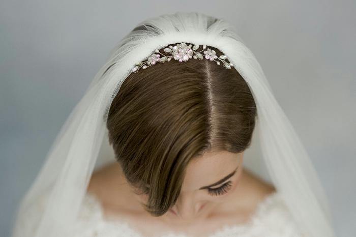 idée coiffure mariage, coiffure mariage boheme, coiffure mariage cheveux court, diadème en fleurs métalliques couleur bronze aux zirconiums, voile blanc long