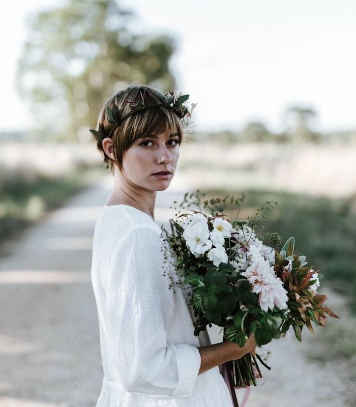 robe de mariée chameptre chic et modele de coiffure mariee champetre avec couronne de fleurs et bouquet de fleurs champetre