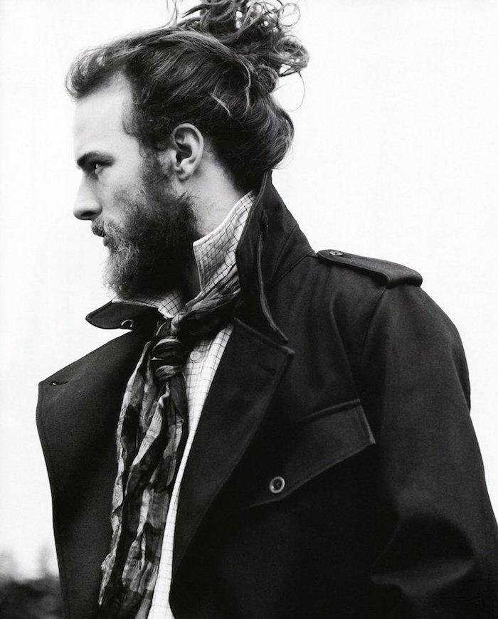 photo coupe de cheveux long homme avec chignon sur le haut type top knot man bun