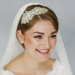 Coiffure mariage cheveux courts - accessoirisez et souriez!