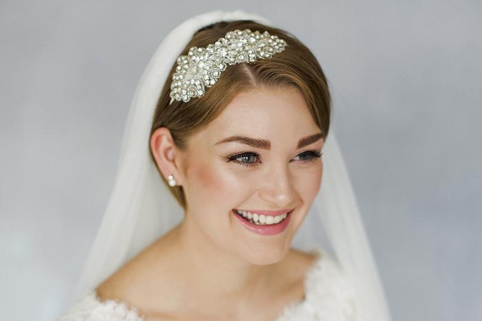 cheveux lisses blond foncé avec accessoire cheveux bijou à pierres précieuses et voile blanche longue, coiffure mariage cheveux court