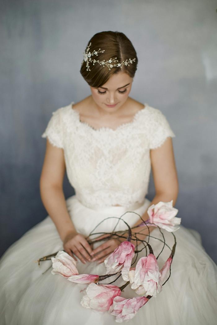 cheveux ornés d'un headband cheveux courts, coiffure femme mariage, headband en petites fleurs aux zirconiums, mariée romantique