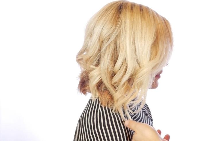 idée comment coiffer les cheveux mi-longs en coupe dégradée avec fer à boucler, coloration blonde avec pointes châtain foncé