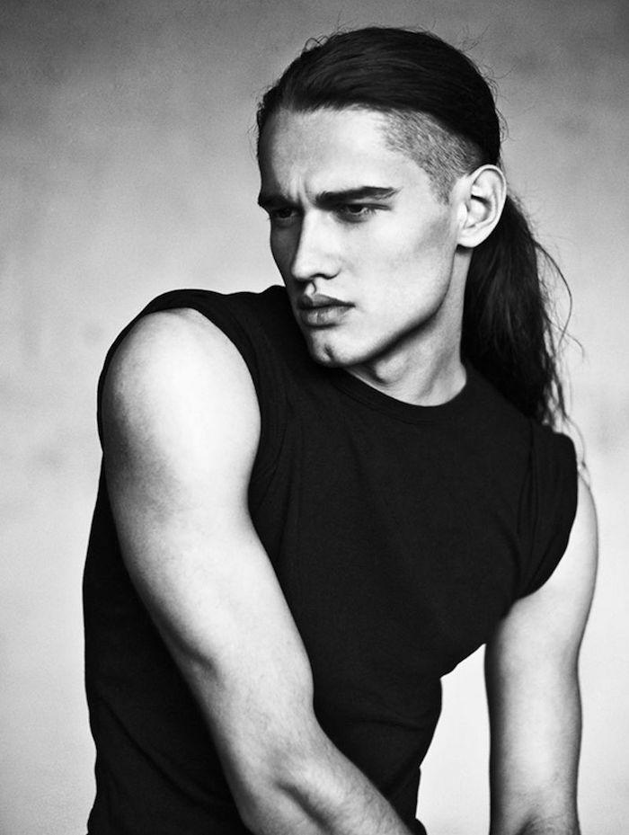 homme avec cheveux tres longs et cotés coupés court undercut