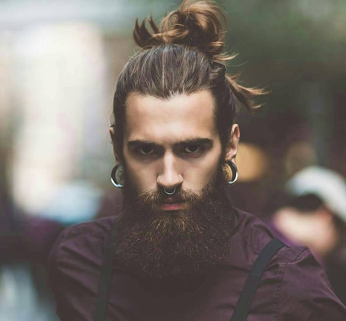 photo de mec cheveux long avec barbe longue et chignon queue de cheval style hipster