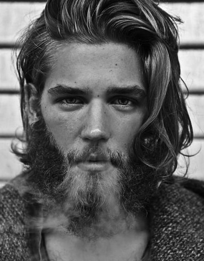 coupe cheveux épais homme blond avec barbe style bucheron scandinave