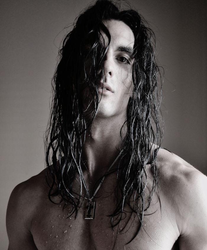 homme avec cheveux longs épais bruns mouillés légèrement ondulés