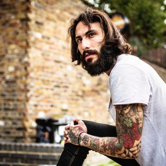 style hipster coiffure homme mi long avec barbe longue et tatouages