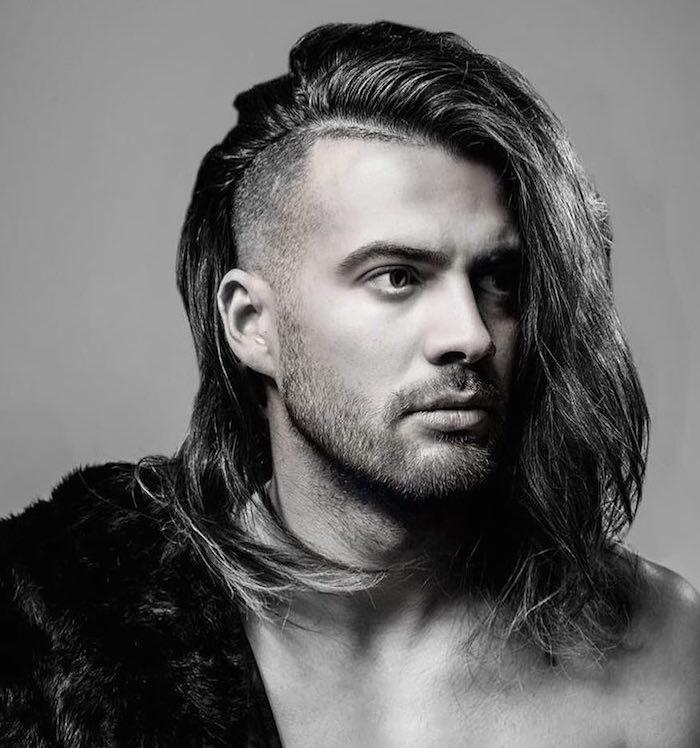 coiffure homme cheveux longs avec un coté court style viking hipster