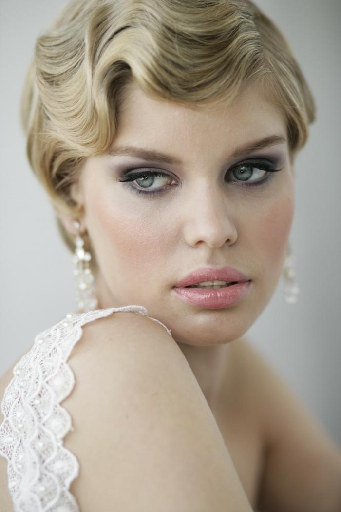 coiffure mariage cheveux courts, coiffure mariage invitée, coiffure mariage boheme, effets de dunes ondulantes, yeux de biche, yeux effet smoky, lèvres avec gloss rose