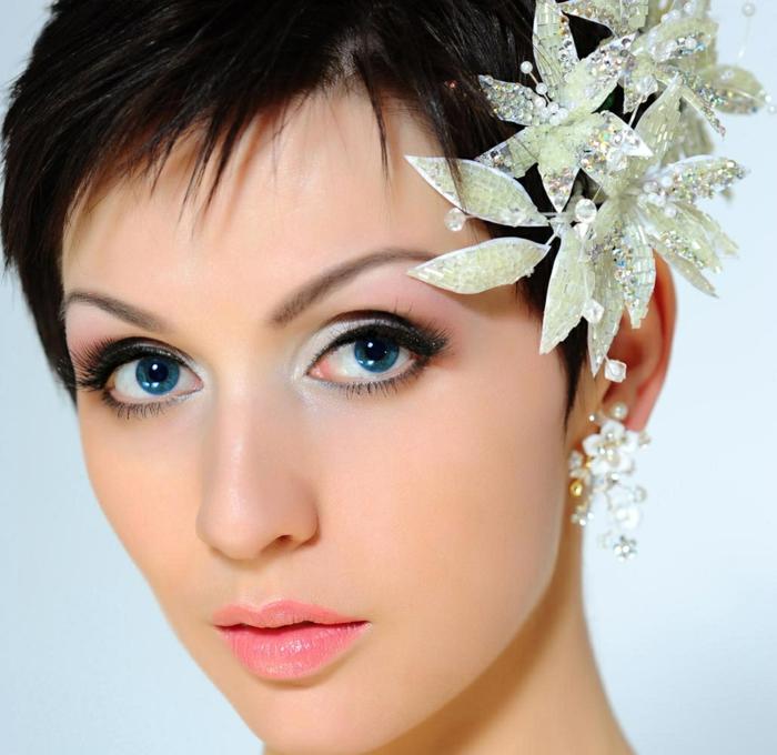 coupe cheveux très courte, accessoire cheveux barrette avec des fleurs en nuances argent portée de coté, avec des perles minuscules et des petites pierres scintillantes