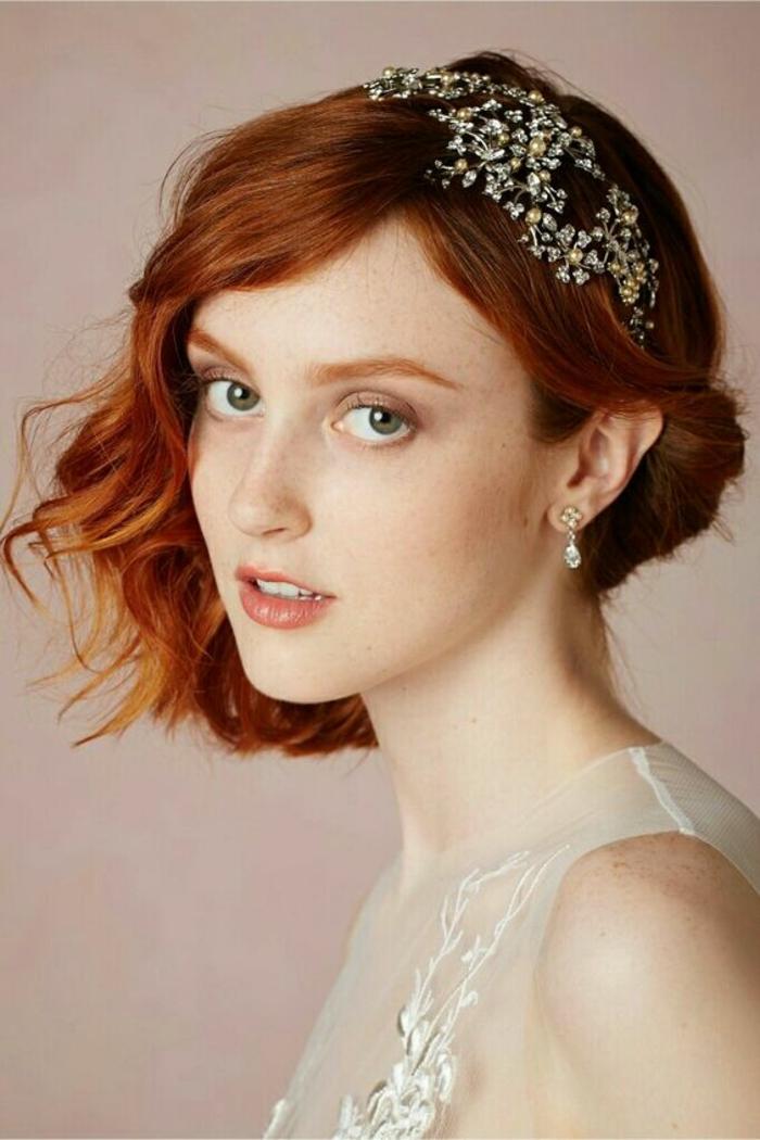 coiffure mariee, coiffure mariage cheveux courts, carré en couleur bourgoundi avec accessoires en pierres Swarovski minuscules, boucles d'oreilles style baroque