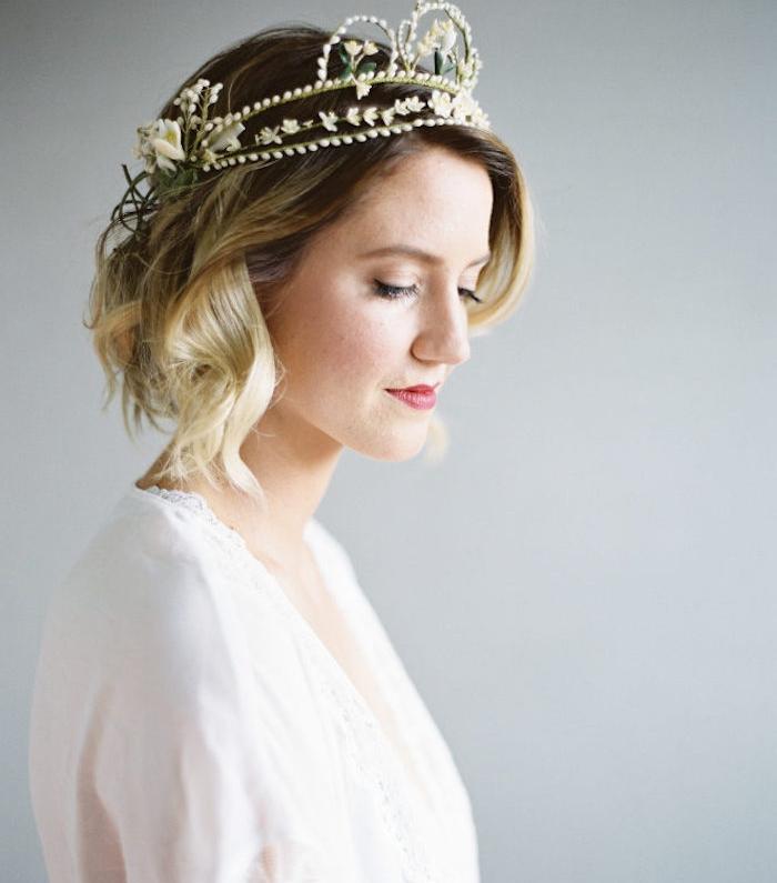 coiffure cheveux carré avec des mèches blondes sur carré plongeant ondulé et couronne fleurie, robe transparente blanche