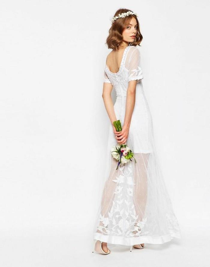 coiffure mariage boheme, coiffure cheveux court mariage, couronne de fleurs en tissu blanc, coiffure mariage invitée, carré châtain