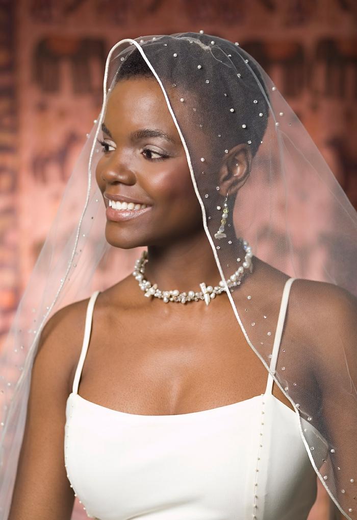 mariée avec pixie très court, cheveux couverts de voile blanc aux ourlets recouverts de petites perles blanches, idée coiffure mariage, coiffure cheveux court mariage