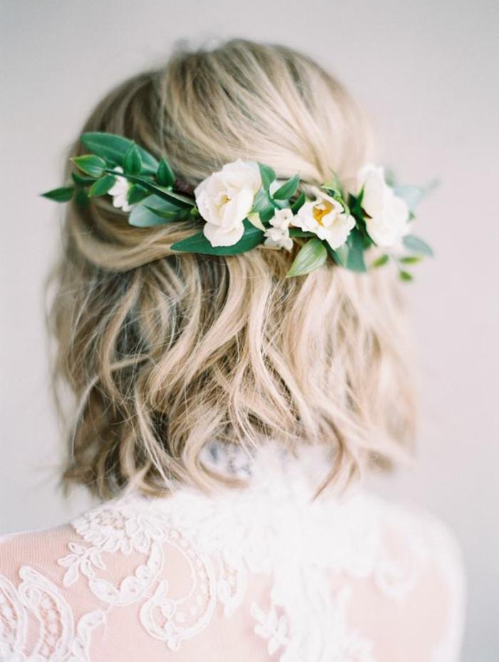 coiffure mariee, coiffure mariage tresse, coiffure mariage boheme, fleurs couleur crème et feuilles vertes, carré sur niveaux différents