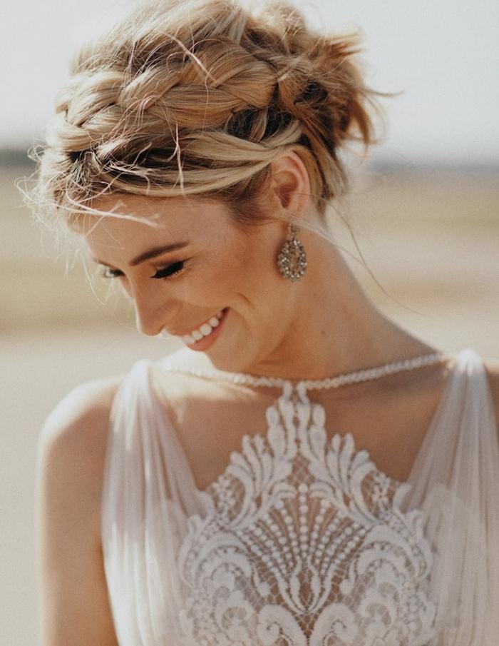 modele de coiffure mariage avec tresse de coté et chignon flou décoiffé style boheme, mèches blondes rebelles