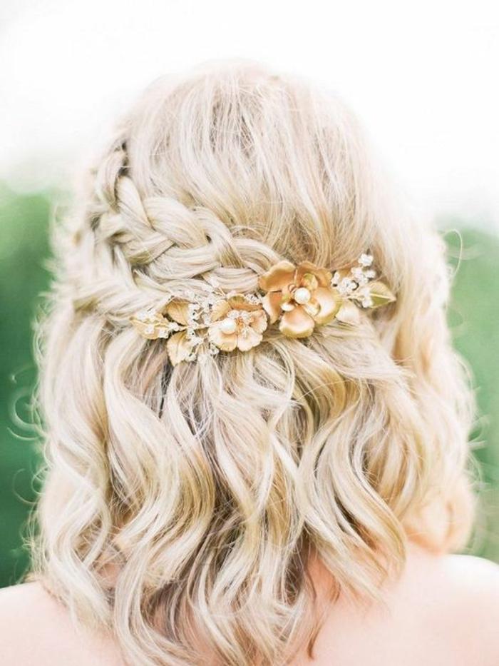 carré long blond, coiffure mariee, coiffure mariage tresse, idée coiffure mariage, coiffure mariage boheme attachée par derrière avec une barrette longue en métal jaune avec des fleurs aux petites perles blanches, accessoire cheveux brillant