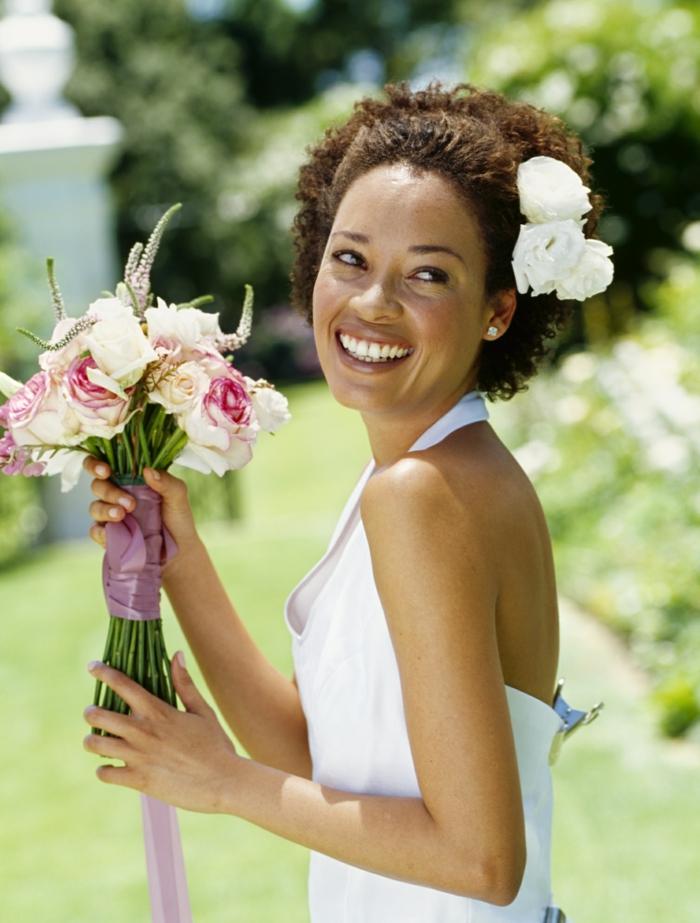 headband cheveux courts, coiffure femme mariage, coiffure invitée mariage, coiffure mariage boheme, femme afro avec coupe au carré naturellement frisée, diadème blanc