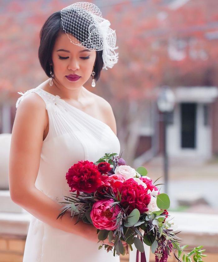 modele de coiffure carré plongeant lisse avec volume sur cheveux chatain foncé accessoirisés de bibi dentelle, robe de mariée grecque