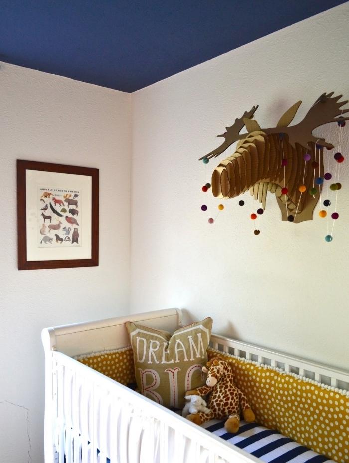 comment combiner murs blancs avec plafond bleu marine dans une chambre bébé mixte avec lit bebe blanc