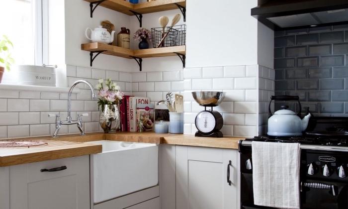 optimiser l'espace limité avec meubles fonctionnels, modèle d'étagères de bois et fer à design rangement vertical d'angle