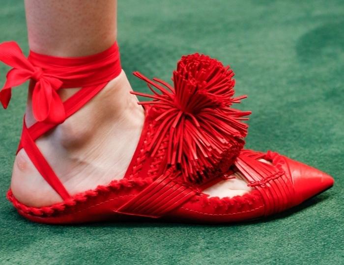 comment s'habiller selon les tendances, choisir une paire de chaussure plate femme originale de couleur rouge avec pompons et ruban
