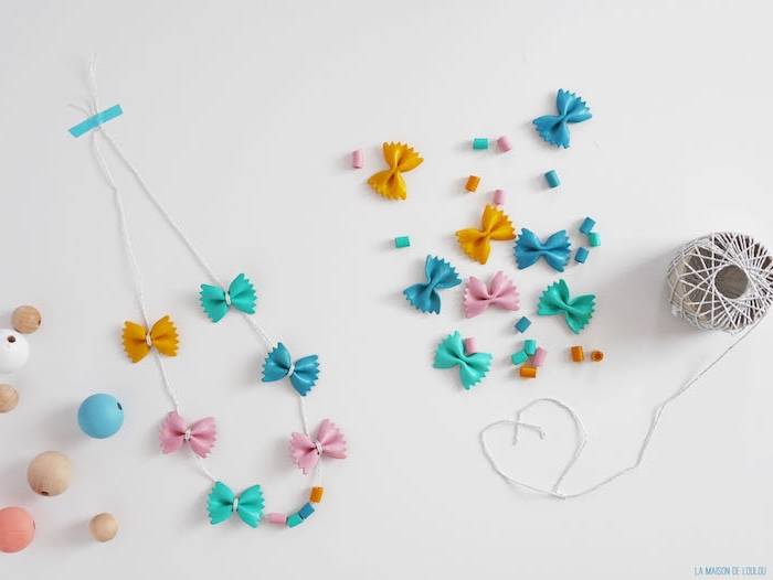 exemple de collier de pâtes colorés de peinture couleurs diverses sur une ficelle blanche, cadeau fête des mères maternelle original
