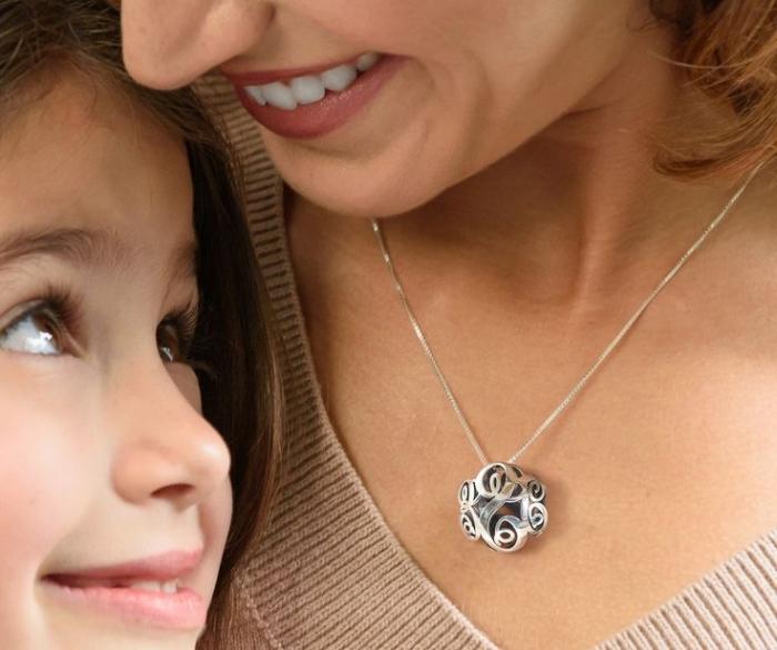 surprendre sa mère avec un collier à design géométrique en argent, comment choisir un cadeau pour maman original