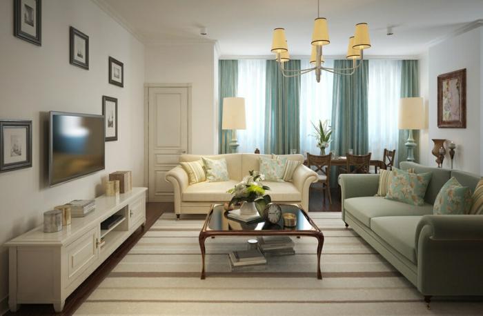 tapis rayé, table basse en bois et verre, meuble de tv blanc, sofa couleur crème, rideaux bleus