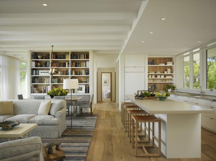 salle à manger et salon, peinture blanche, ilot de cuisine blanc avec des tabourets en bois, bibliothèque intégrée