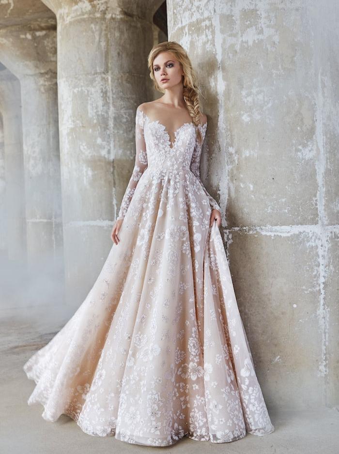 les plus belles robes de mariée, exemple de robe princesse, blanc et champagne, fleurs brodées et manches en dentelle transparente