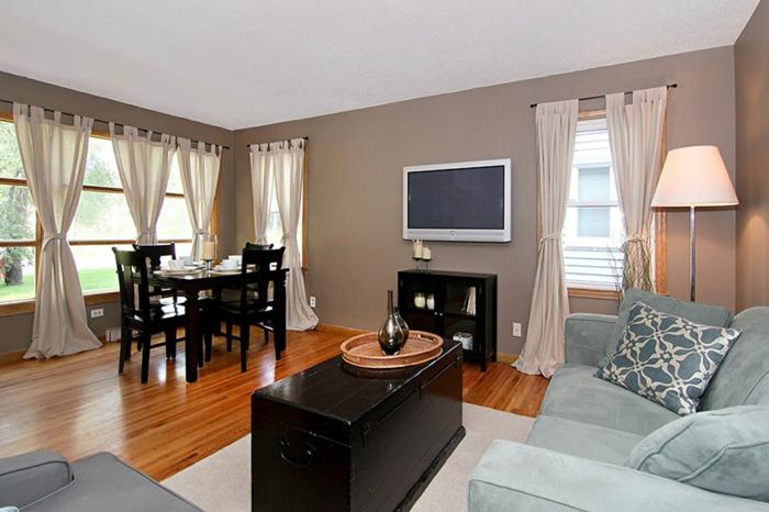 salle de séjour et salle à manger, decoration salon peinture taupe, canapé bleun rideaux blancs, sol en bois