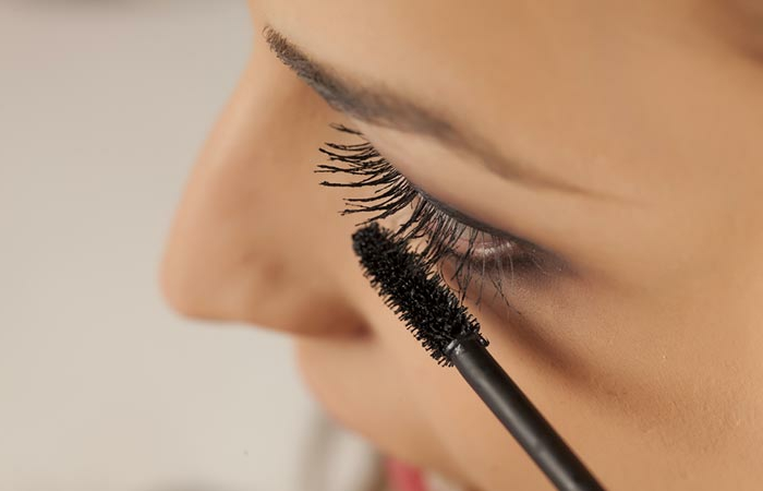 appliquer le mascara sur les cils, maquillage naturel, style pour tous les jours