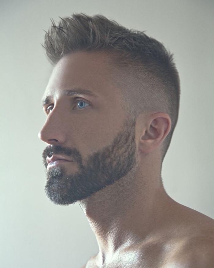 avoir une belle barbe courte dégradé pour homme blond avec coiffure en fondu