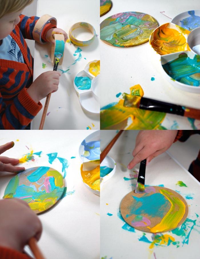 exemple de tutoriel pour cadeau fête des mères à fabriquer, dessous de verre colorés de peinture couleurs diverses