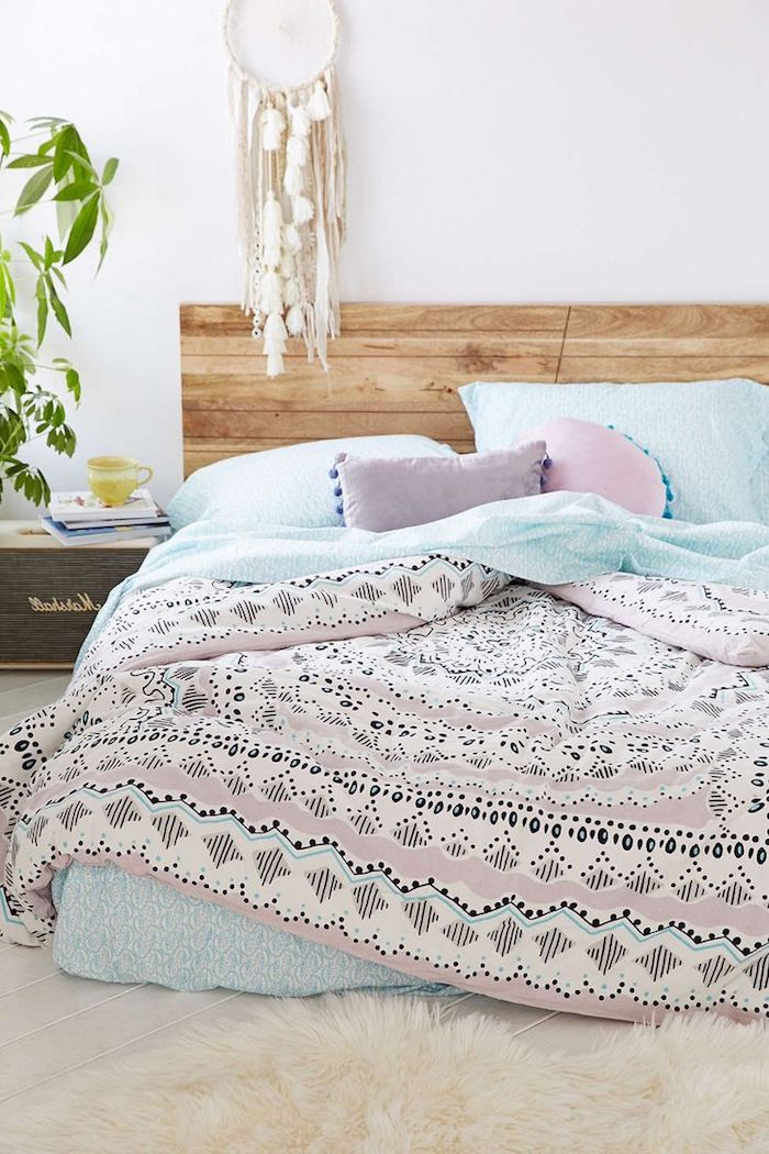 fabriquer une tete de lit en bois en planches de bois clair, linge de lit rose et bleu, attrape reve blanc et tapis blanc