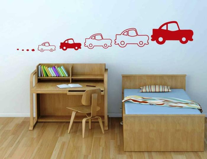 décoration murale chambre, mur en bleu pastel avec cinq automobiles rouges de taille différente,meubles en bois clair, dessin mur, chambre d'enfant