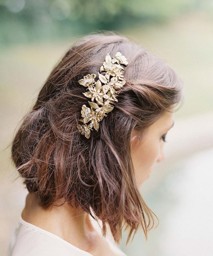 carré plongeant flou sur cheveux chatain accessoirisés d un bijou cheveux motif fleurs dorées, coiffure mariage boheme