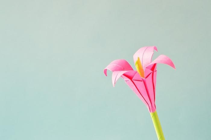 joli modele origami en fleur de lis rose sur tige verte, idée originale pour composer un bouquet éternel de fleurs en papier
