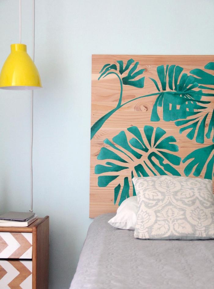 idee tete de lit bois contreplaqué décorée de feuilles palmes vertes, linge de lit gris, table de nuit bois décorée de peinture blanche