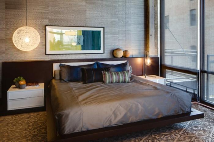 lit zen, plateforme en bois, chevets blancs, plafonnier suspendu rond, tapis neutre
